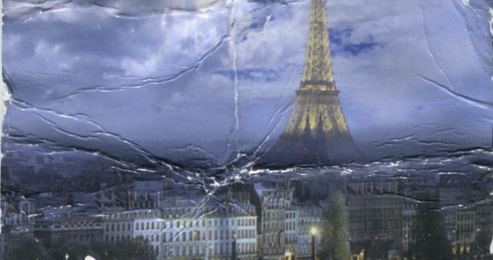 This is a postcard with a color photograph of the Eiffel Tower in Paris, France.